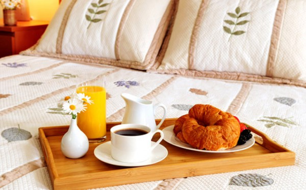 photodune-201230-breakfast-on-a-bed-in-a-hotel-room-LARGER-600x373